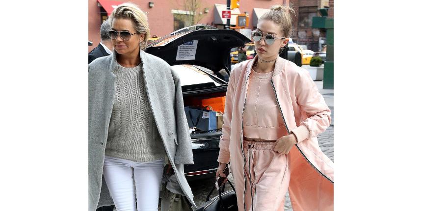 e1abda3bb299 Топ-модель Джиджи Хадид выбрала розовый спортивный костюм для прогулки по  Нью-Йорку с мамой.